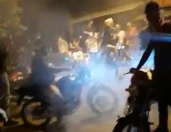 Motociclistas trancam rua em competição de manobras