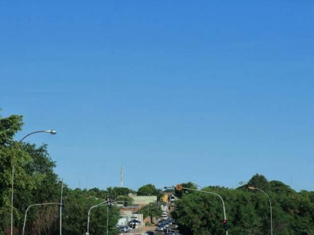 O sábado amanheceu com céu claro e sem indícios de chuva em Campo Grande (Foto: Henrique Kawaminami)