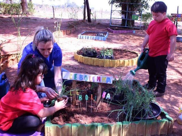 O projeto Flores do Cerrado tem atividades lúdicas em contato com a natureza, para ajudar na evolução também no tratamento da Síndrome de Down. (Foto: Divulgação)