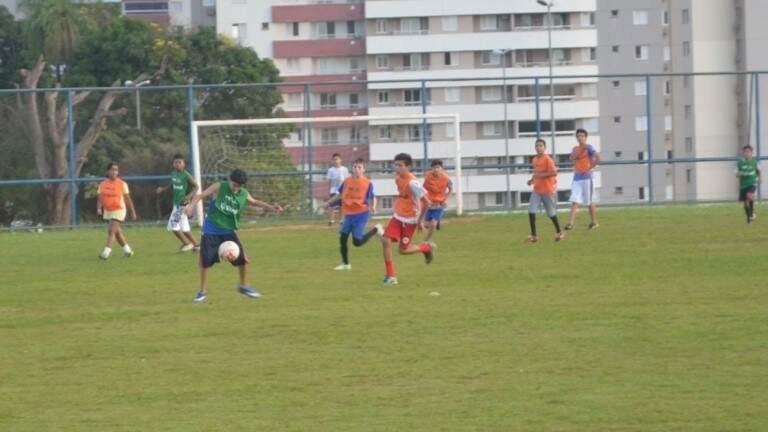 O projeto de escolinhas públicas de futebol foi lançado em abril deste ano e atualmente já conta com mil crianças de 10 a 14 anos, segundo a Prefeitura de Campo Grande (Foto: Divulgação)