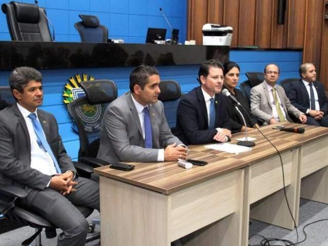 Deputados Rinaldo Modesto (PSDB), Herculano Borges  (SD), Renato Câmara (MDB), José Carlos Barbosa (DEM) e Carlos Alberto David (PSL), ao lado da subsecretária Luciana Azambuja (Foto: Wagner Guimarães/ALMS)