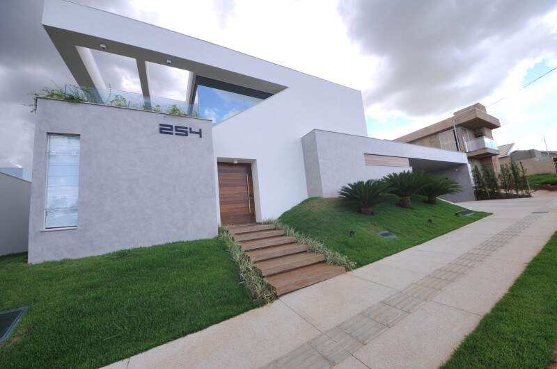 Na fachada, o projeto foi concebido com volumes bem definidos e um recorte triangular, peça chave para o ar contemporâneo da casa. (Foto: Alcides Neto)