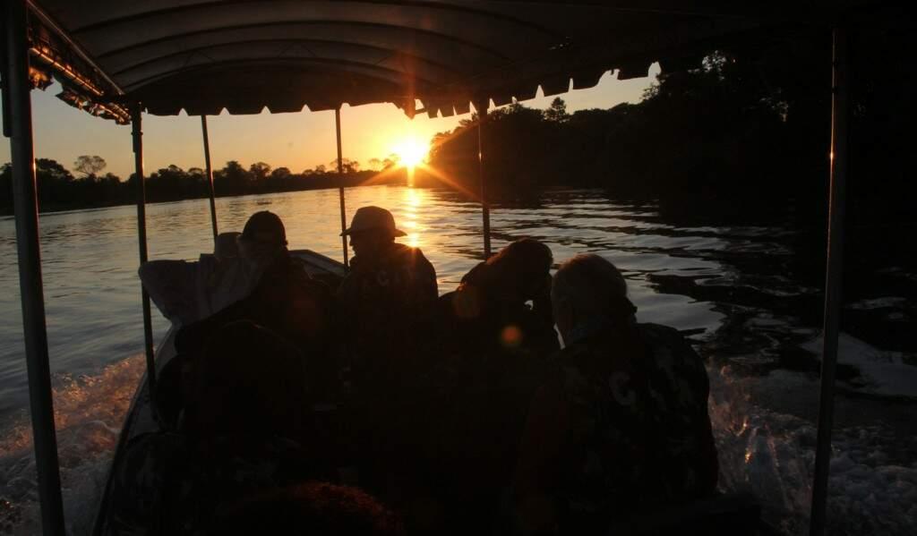 Trilha aquática no Rio Vermelho, Estrada Parque: alguns minutos de barco com motor desligado para ouvir o silêncio, o esturro da onça-pintada rondando o lugar
