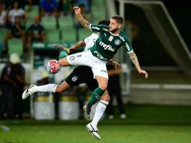 Disputa de bola no jogo desta noite no Allianz Parque. (Foto: Djalma Vassão/Reprodução Gazeta Press)