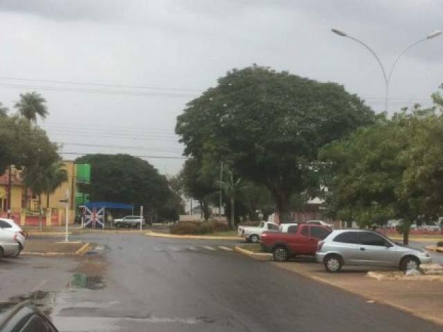 Imagem de leitor mostra tempo nublado e rua molhada. (Foto: Direto das Ruas)