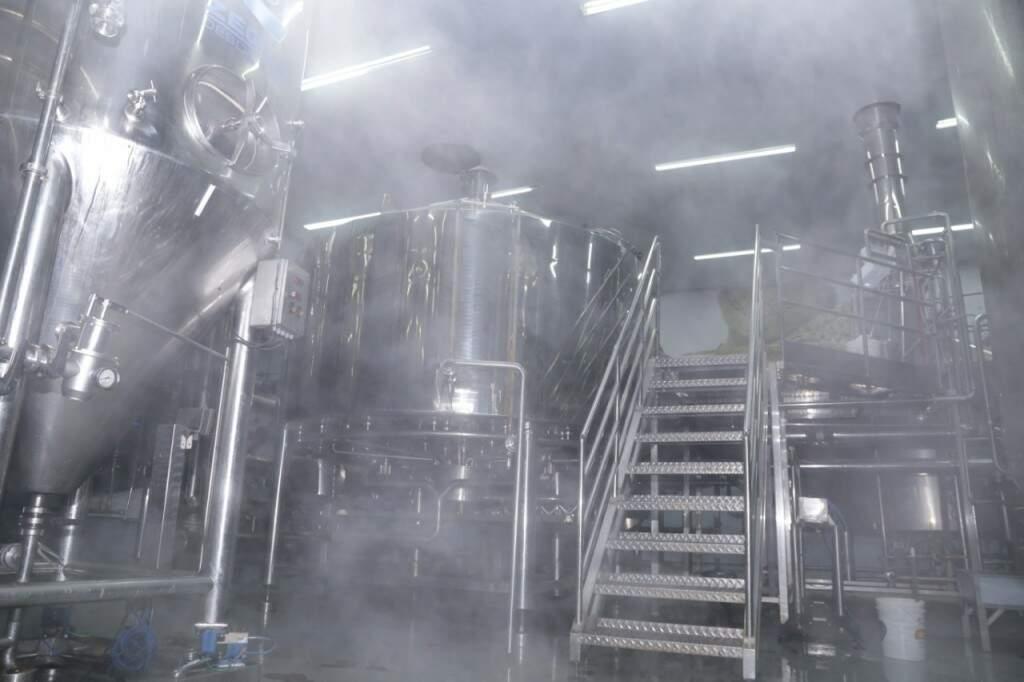 Vapor é o resultado da água quente jogada no chão para limpar fábrica da cerveja Bamboa (Foto: Kisie Ainoã)