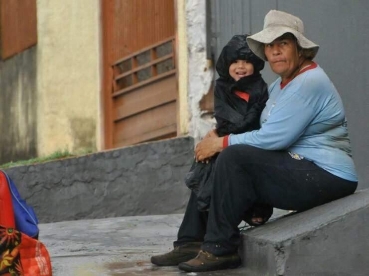 Avó protegeu neto com capa e comemorou refresco (Foto: Alcides Neto)