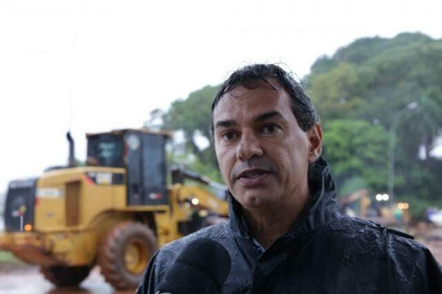 Prefeito Marquinhos Trad acompanha serviço na Euler de Azevedo. (Foto: Kisie Ainoã)