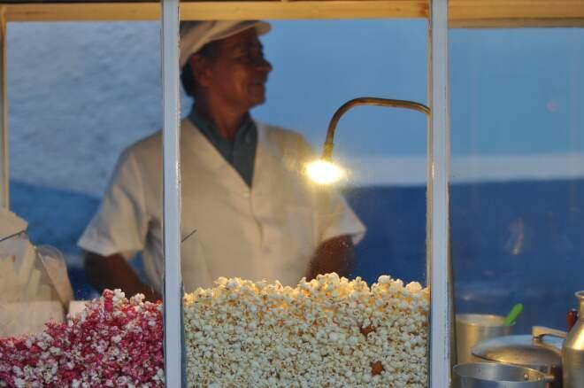 Vendendo pipoca há mais de 30 anos no mesmo lugar, pipoqueiro aprova lei. (Foto Marlon Ganassin)
