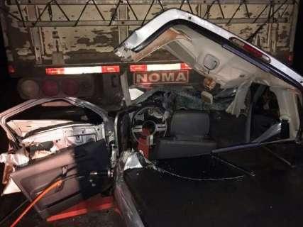Condutor fica em estado grave após colidir picape em carreta na MS-141