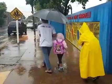 Nas escolas, guarda-chuva foi item obrigatório para mães e filhos nesta manhã