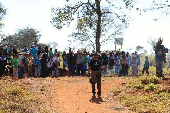 Índios na entrada da fazenda Yvu, local de conflito. (Foto: Hélio de Freitas)