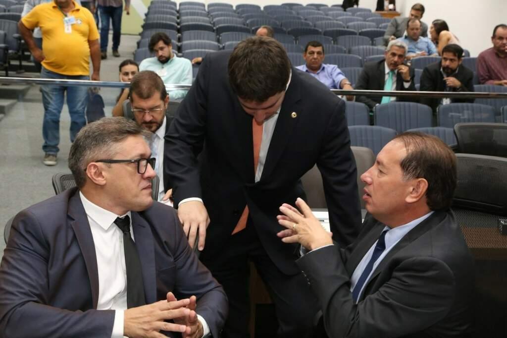 Deputados Lucas de Lima (SD), João Henrique Catan (PR) e Gerson Claro (PP), durante sessão (Foto: Assessoria/ALMS)