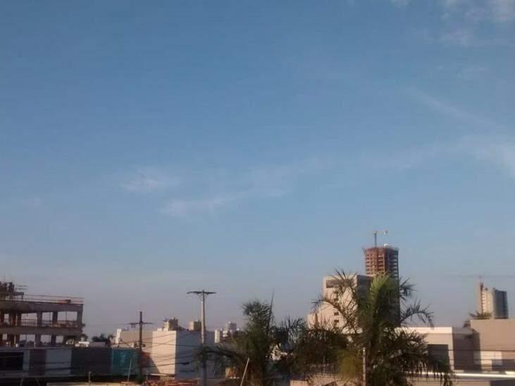 Campo Grande amanheceu com céu azul, mas previsão é de chuva no período da tarde (Foto: Simão Nogueira)