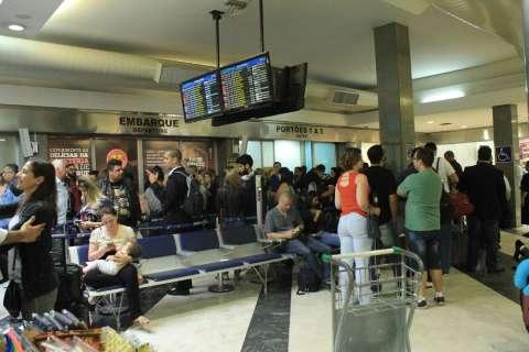 """Com 11 voos atrasados, aeroporto faz """"mutirão"""" para receber passageiros"""