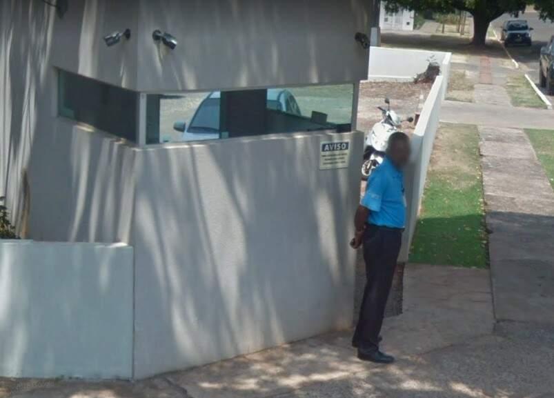 Quem busca pelo endereço no google maps, encontra João parado em seu posto (Foto: Reprodução Google Street View)