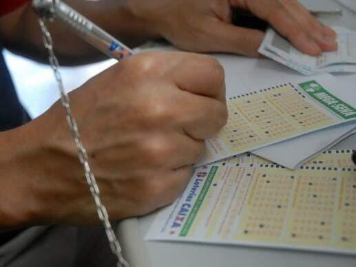 Apostador preenche cartela de jogo (Foto: Agência Brasil/Arquivo)