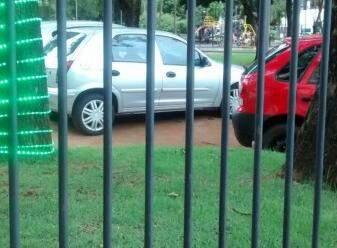 Carros estacionados dentro da praça. (Foto: Direto das Ruas)