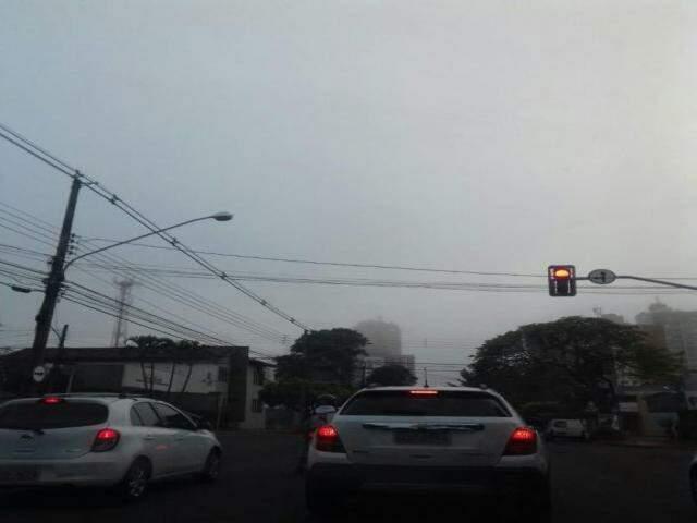 Névoa úmida registrada em pontos da Capital, pouco antes das 7h (Foto: Mayara Bueno)