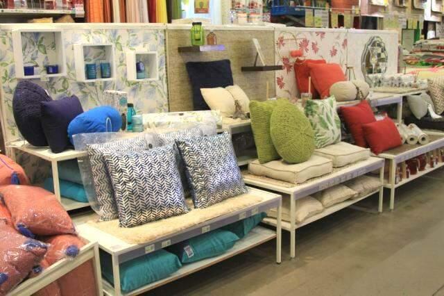 Setor de decoração tem de almofadas a papel de parede. (Foto: Marina Pacheco)