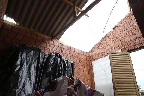 Vento destelhou 5 casas em área que recebeu famílias do Cidade de Deus