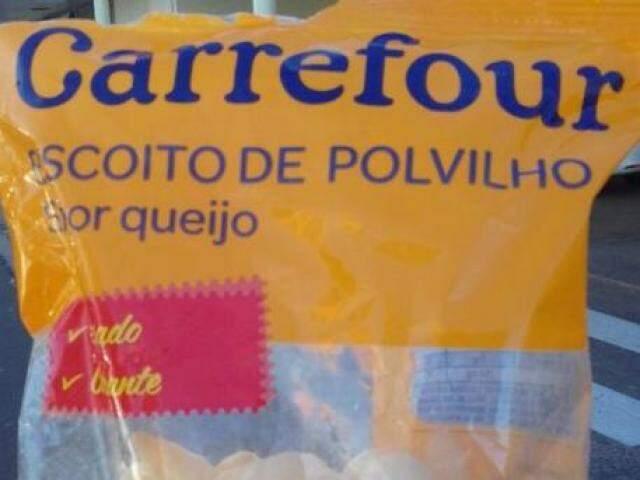 Embalagem de biscoito de polvilho, sabor queijo, adquirida por consumidor na tarde desta terça-feira (18). Vencida há 1 mês. (Foto: Direto das Ruas)