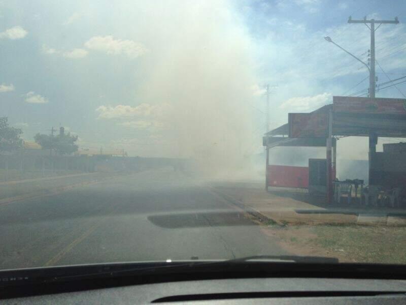 Fumaça provocada pela queimada chegou a prejudicar a visão dos motoristas. (Foto: Alex de Oliveira)