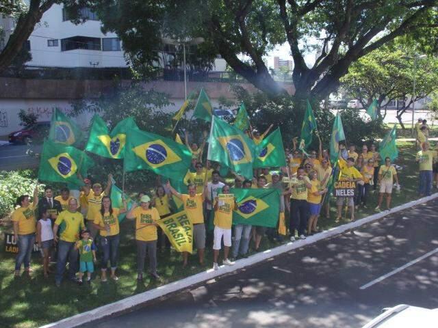Movimento Reaja Brasil faz adesivagem em frente ao Obelísco, na avenida Afonso Pena (Foto: Alan Nantes)