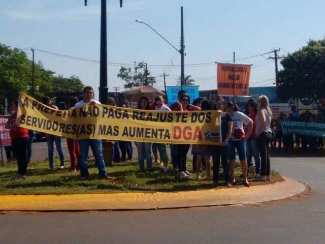 Professores durante protesto em frente à sede da prefeitura (Foto: Gracindo Ramos/Divulgação)