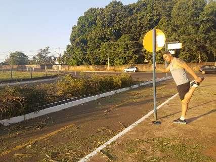 Prefeitura retira planta invasora para proteger parede em córrego