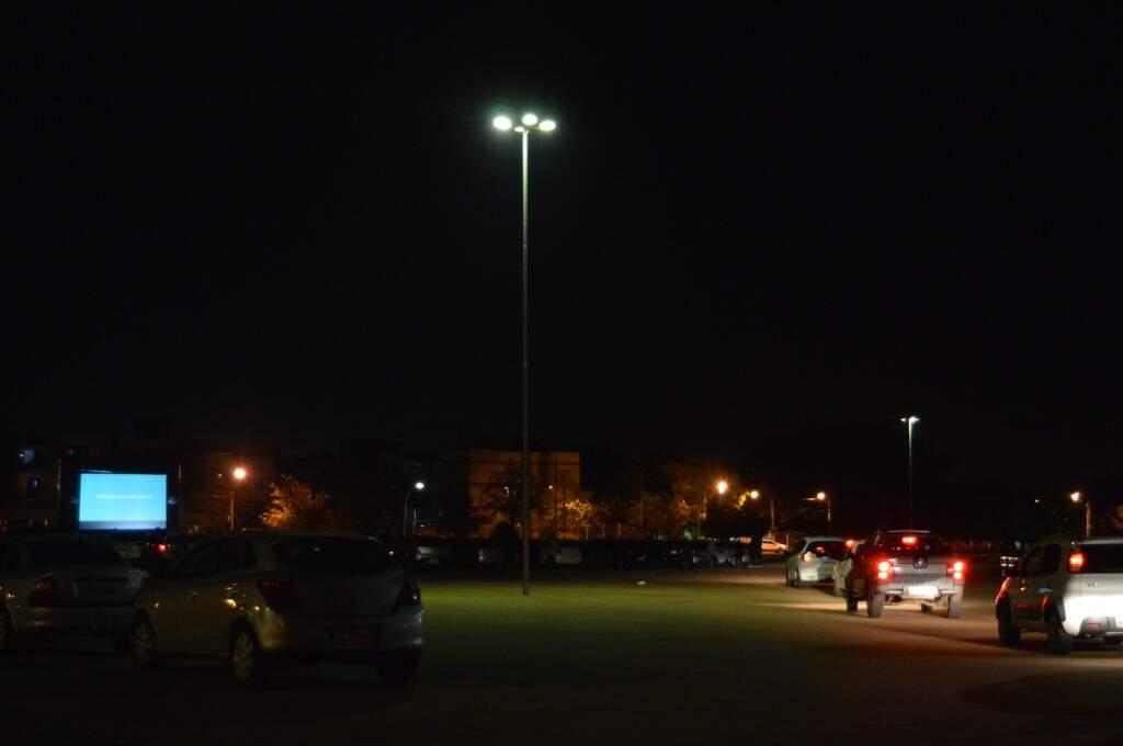 Fila de espera contou com cerca de 20 veículos.  (Foto: Thaís Pimenta)