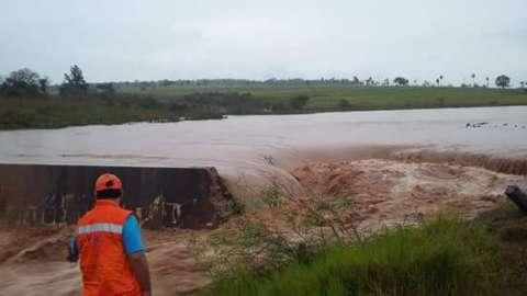 Rio Piraí transborda devido as chuvas e rompe barragem de município