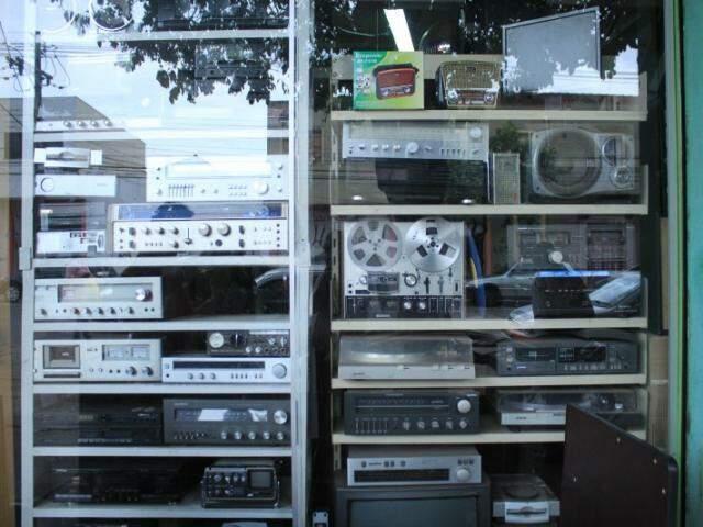 """Auge da década de 90, """"receivers"""", toca-discos, caixas e até um gravador de rolo estão anunciados para venda. (Foto: Marina Pacheco)"""
