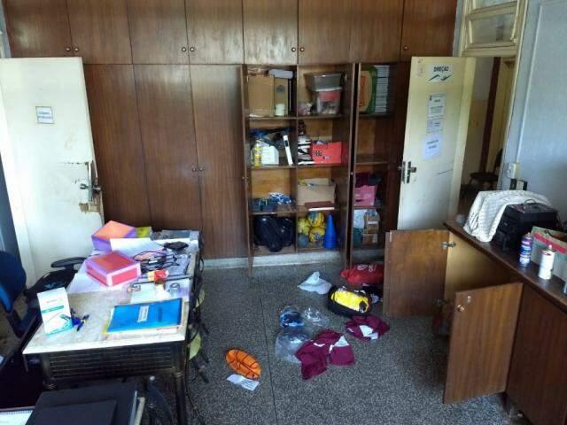 Armários, caixas e pertences das salas ficaram espalhados pelo chão. (Foto: Direto das Ruas)
