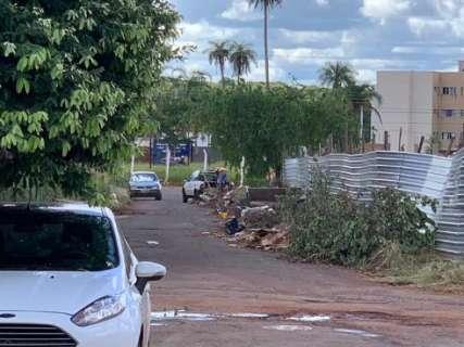 Homem é flagrado jogando lixo em frente a terreno cercado para evitar descartes
