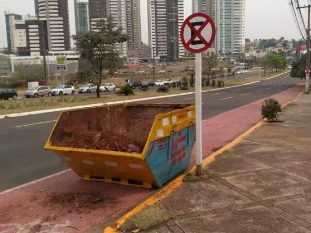 Caçamba foi colocada bem em cima da ciclovia (Foto: Direto das Ruas)
