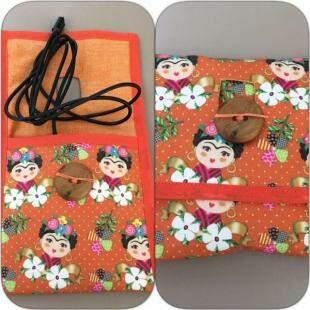 Porta carregador de celular de Frida Kahlo.
