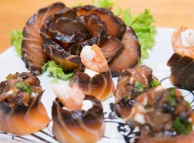 Sushi e sashimis com salmão black especialidade da casa. (foto divulgação)