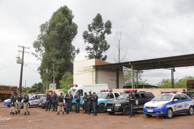 Na segunda-feira, policiais e guardas fizeram barreira em frente ao lixão. (Foto: Marcos Ermínio)
