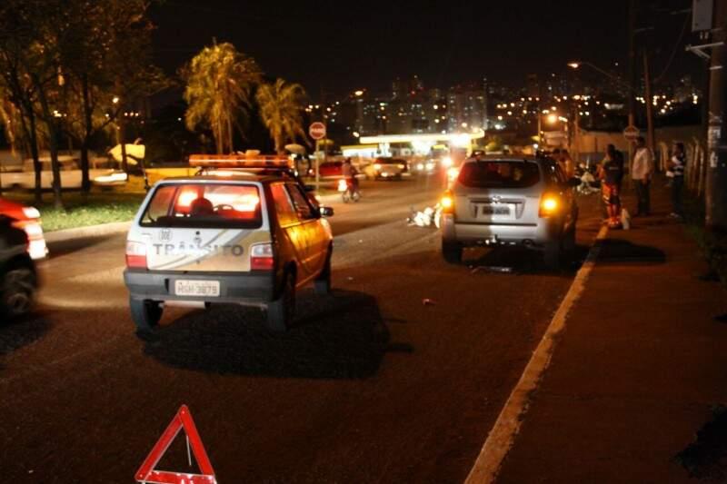 O condutor do veículo prata colidiu com a motocicleta que ficou caída no asfalto. (Foto: Marcos Ermínio)