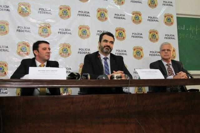 Delegado Nilson Zoccarato, surpreendente Luciano Flores e auditor fiscal José Maria em coletiva de imprensa (Foto: Marina Pacheco)