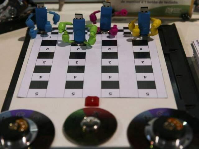 Imagem ilustrativa de jogo de tabuleiro montado com pen drives. (Foto: Valter Campanato/Agência Brasil)