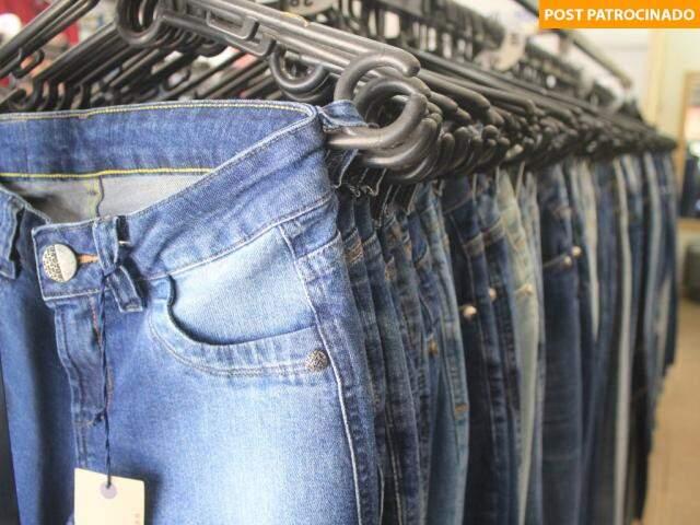 Loja tem modelos femininos e masculinos em diferentes modelagens e lavagens. (Foto: Marina Pacheco)