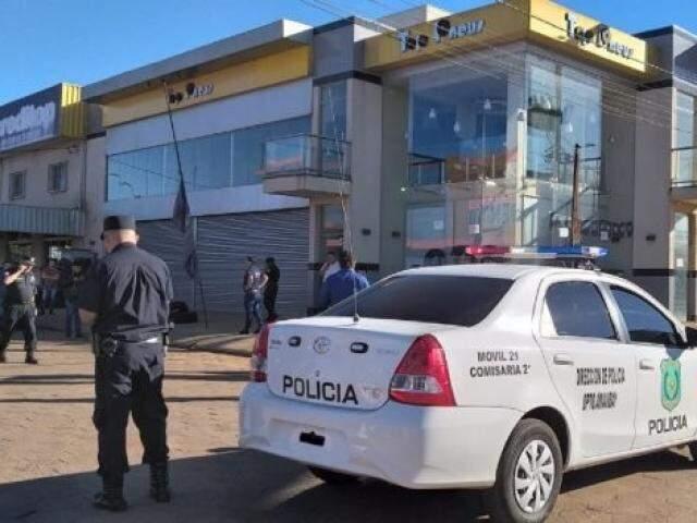 Policiais em frente à loja onde gerente foi alvejado por pistoleiros nesta quarta-feira (Foto: Marciano Candia/Última Hora)
