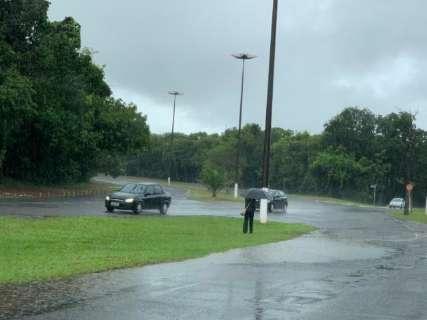 Volta a chover em Campo Grande, mas serviço de limpeza continua