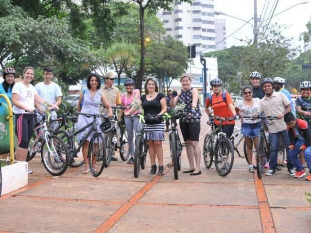 Chuva atrapalhou passeio, mas grupo compareceu à Praça do Rádio para a largada. (Foto: Alcides Neto)