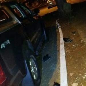 Vidros do carro foram arrombados pelos bandidos, que fugiram com os pertences furtados (Foto: Direto das Ruas)
