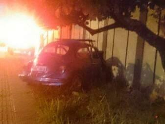 O Fusca foi deixado no local e a vítima levada para uma unidade de saúde. (Foto: Direto das Ruas)