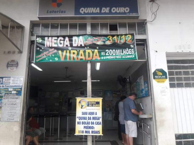 Lotérica Quina de Ouro exibe faixa de prêmio para atrair apostadores (Foto: Izabela Sanchez)