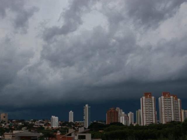 Tempo fechando anunciando chuva. (Foto: Henrique Kawaminami)